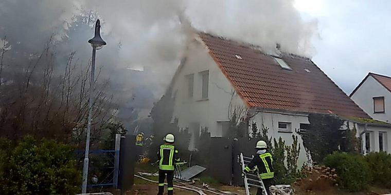 Dieses Bild hat ein leeres Alt-Attribut. Der Dateiname ist Haus-in-Flammen-Bewohner-tot-geborgen_big_teaser_article.jpg